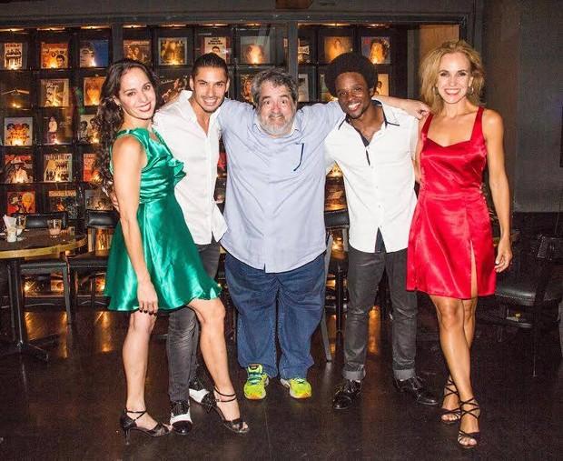 Os bailarinos com o coreógrafo Tony Nardini (Foto: Verônica Pontes)