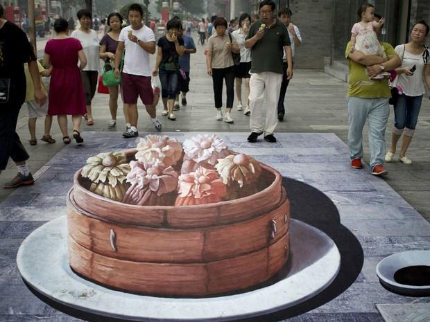 Pintura em 3D em rua de Pequim, na China (Foto: Andy Wong/AP Photo)