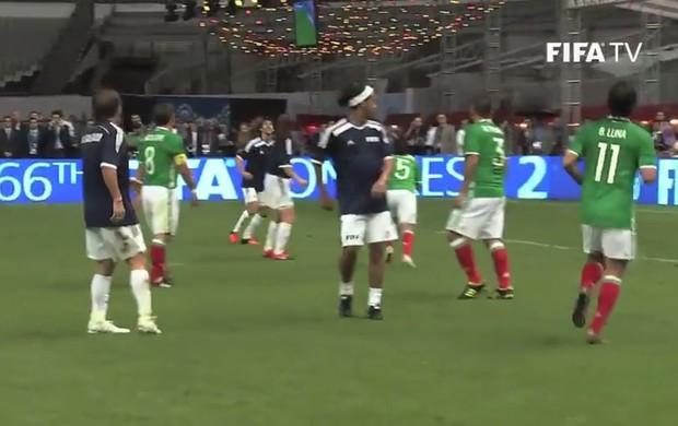 Lance de Ronaldinho em evento no Azteca