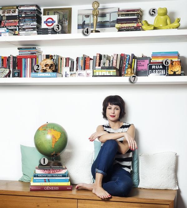 Andréia Horta mostra sua estante de memórias (Foto: Camila Maia)
