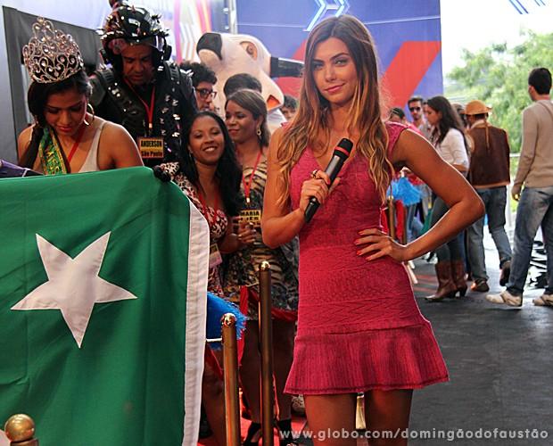 Letícia com a galera da fila mais famosa do Brasil (Foto: Domingão do Faustão / TV Globo)