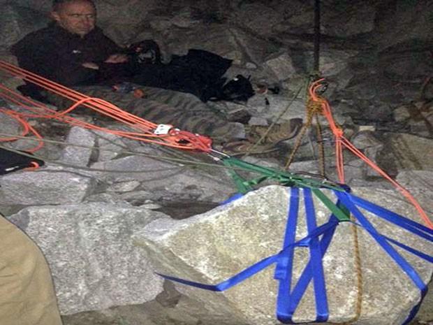 Equipes de resgate usam aparato para retirar pedra de duas toneladas na qual uma mulher ficou presa nos EUA (Foto: Priest Lake Search & Rescue, Mike Nielsen/AP)