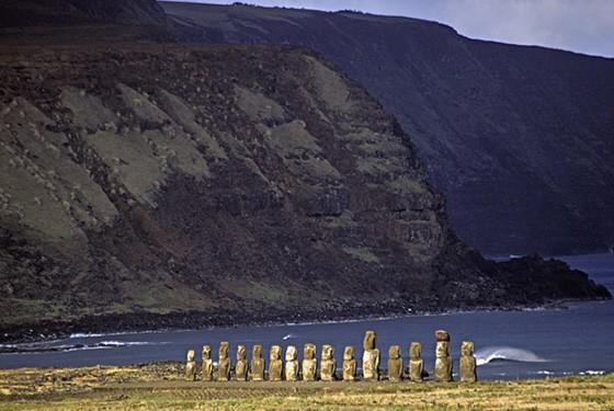 O sol ilumina os moais de Tongariki apenas no final do dia, pois as estátuas estão direcionadas ao oeste (Foto: © Haroldo Castro/ÉPOCA)