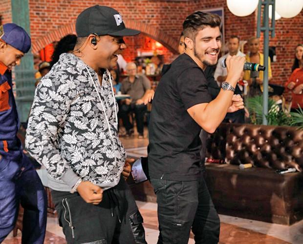 Caio Castro se empolga e dança com Márcio Victor (Foto: João Pedro Januário)