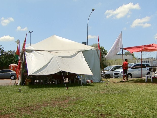 Funcionários da Mabe acampam em frente à unidade de Hortolândia (Foto: Reprodução/EPTV)