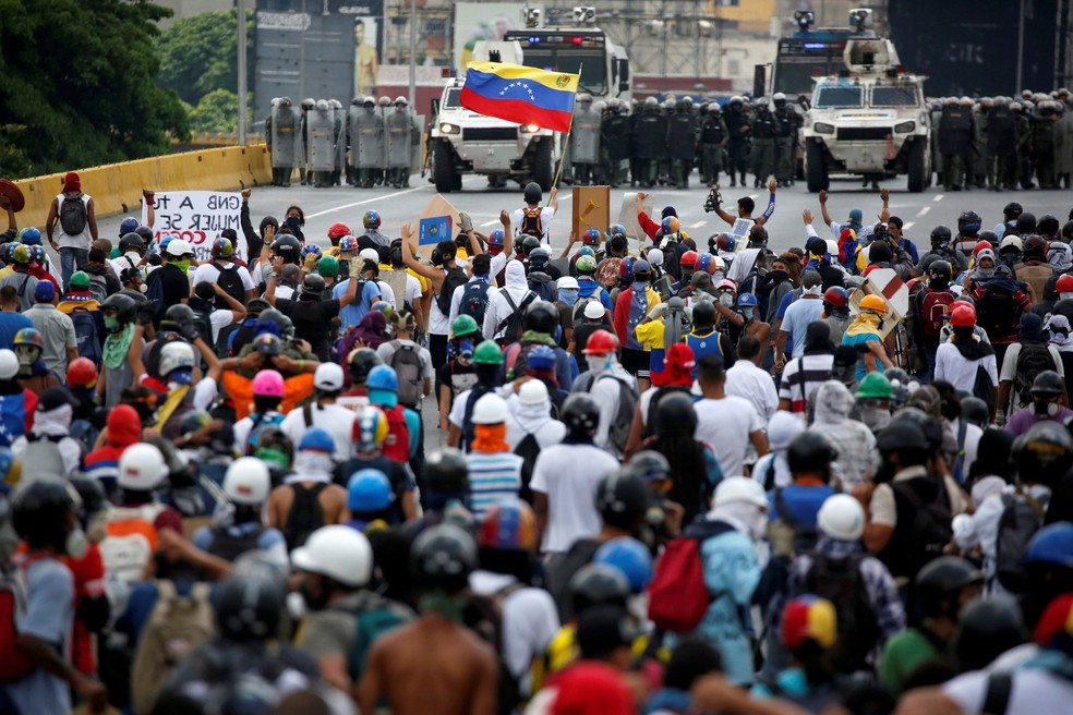 Manifestantes contra o governo venezuelanos saíram às ruas mais uma vez em Caracas (Foto: REUTERS/Carlos Garcia Rawlins)