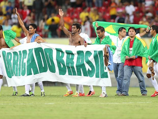 Taiti faixa agradecimento Brasil jogo Uruguai (Foto: Aldo Carneiro / Pernambuco Press)