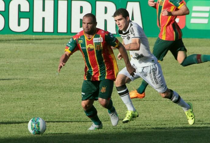 Com um desconforto muscular, Daniel Barros desfalca o Sampaio diante do Vila Nova (Foto: Biaman Prado / O Estado)