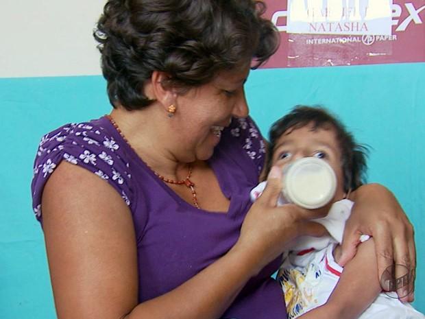 Cláudia comemora leite ganho para o filho de seis anos (Foto: Reprodução EPTV)