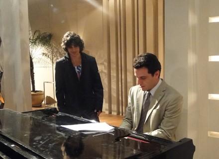 Rodrigo Lombardi e Fiuk tocam piano nos bastidores de Passione