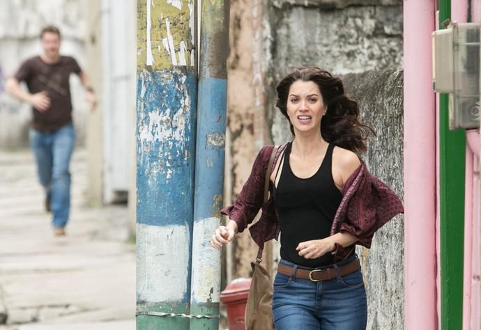 Alex persegue Júlia pelas ruas da Glória (Foto: Raphael Dias/Gshow)
