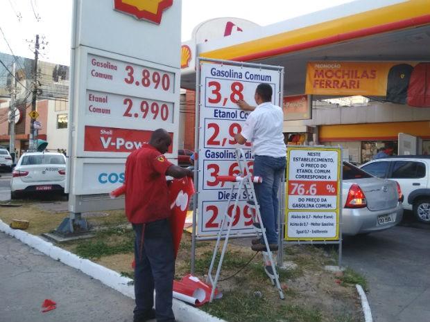 Posto Shell, na Barra, aumentou valor da gasolina nesta sexta (Foto: Maiana Belo / G1)
