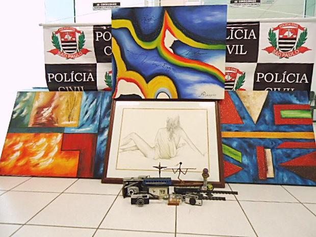 Quadros e máquinas fotográficas antigas foram apreendidas pela Polícia Civil (Foto: Polícia Civil/Divulgação)