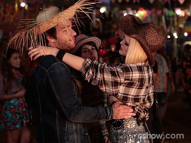Megan se joga nos braços de Davi na frente de Manu (Foto: Felipe Monteiro / TV Globo)