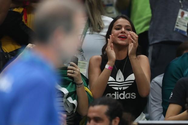 Bruna Marquezine assistindo volei (Foto: William Volcov/BBP/AgNews)