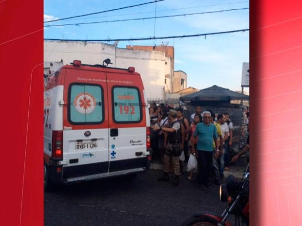 Vítima foi socorrida por agentes do SAMU (Foto: Imagens / TV Sudoeste)