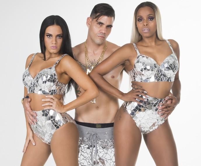 O trio do funk liderado por MC Merlô, Juliano Cazarré, e suas Merlozetes, papeis desempenhados por Letícia Lima e Roberta Rodrigues, vai agitar o Morro da Macaca (Foto: Beto Roma)