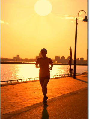 mulher correndo sob sol eu atleta (Foto: Getty Images)