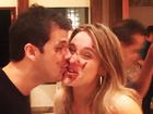 Fernanda Gentil e o marido se lambuzam de bolo em aniversário