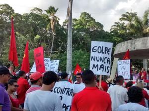 Manifestantes exibem cartazes em protesto em Campina Grande (Foto: Everton David/G1)