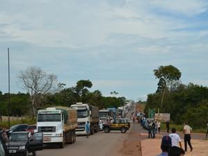 Cerca de 10 quilômetros de congestionamento se formou na rodovia (Foto: Eliete Marques)