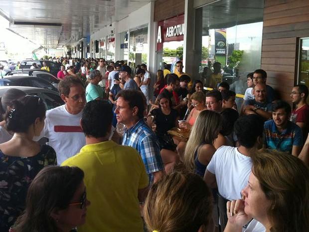 Muitos torcedores tentam trocar e ainda buscam ingressos para o jogo Japão e Grécia, em Natal (Foto: Felipe Gibson/G1)