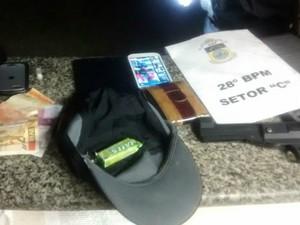 Material apreendido com suspeitos na Avenida dos Trabalhadores (Foto: Dilvulgação/Polícia Militar)