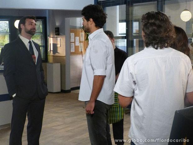 Delegado libera Hélio para aguardar julgamento em casa (Foto: Flor do Caribe/TV Globo)