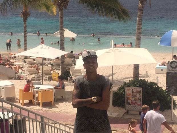 MC Duduzinho em praia em Curaçao, no Caribe (Foto: Divulgação)