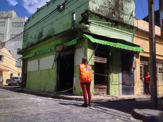 Defesa Civil interdita ruas no entorno de estabelecimento que pegou fogo (Foto: Kety Marinho/ TV Globo )