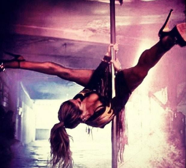 Giovanna Ewbank posta foto praticando pole dance