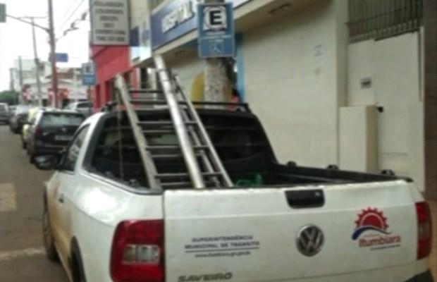 Veículo da SMT é flagrado ao parar em vaga exclusiva para deficientes físicos em Goiás (Foto: Reprodução/ TV Anhanguera)