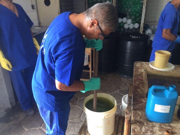 Alexandre Nogueira mistura os ingredientes para a produção do sabão em barra (Foto: Michelle Farias/G1)