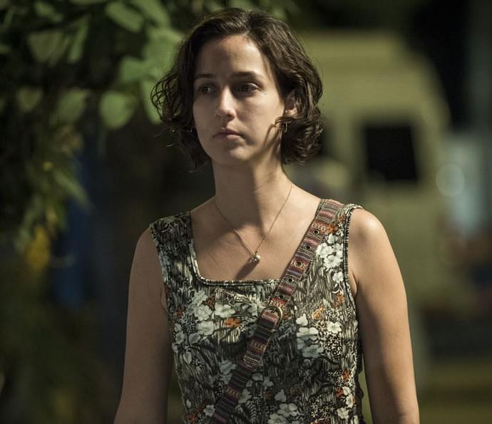 Camila Márdila é Regina, a esposa de Vicente que o conhece enquanto ele está preso. Juntos, eles têm a filha Isabela (Foto: Globo/Estevam Avellar)