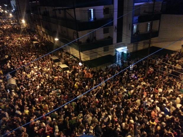 Ruas da Cidade Baixa ficaram lotadas de foliões (Foto: André Azeredo/RBS TV)