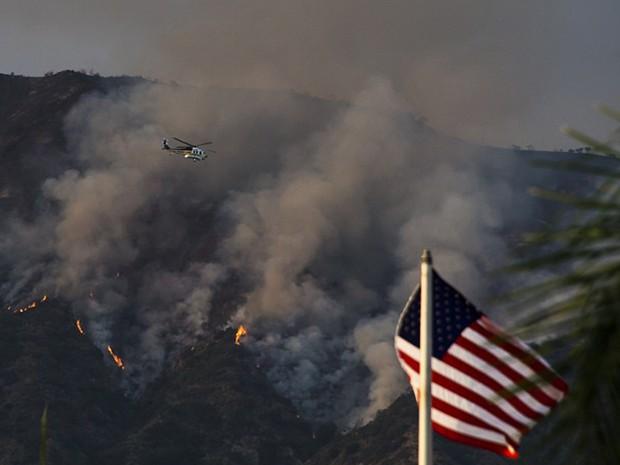 Chamas atingem o Complexo San Gabriel, na Floresta Nacional de Angeles, nesta quarta-feira (21), perto de Duarte, na Califórnia (Foto: Robyn Beck / AFP)