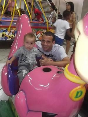 Parú, atacante do Tupy-ES, e seu filho Cauã, de 2 anos (Foto: Arquivo Pessoal)