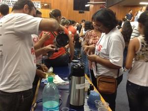 Professores ocupam o plenário da Câmara e usam bancadas para servir lanches (Foto: Luísa Gomes/G1)
