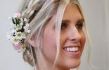 Penteados com cabelos presos e flores dão charme e leveza ao look de verão (GNT)