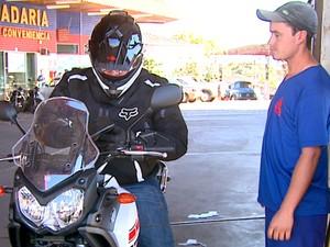 Frentistas deixam de pedir para que clientes retirem o capacete (Foto: Pauloi Chiari/EPTV)