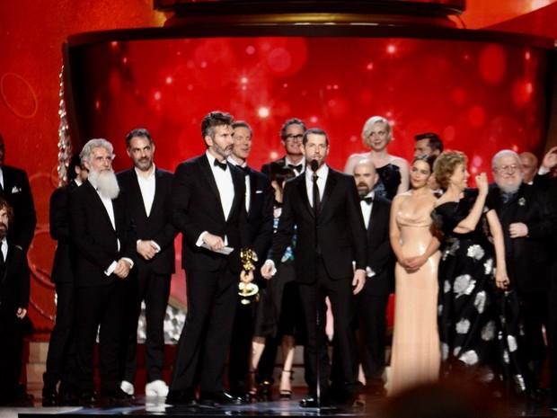 Equipe de 'Game of thrones' recebe o Emmy de melhor série de drama (Foto: Reprodução/Twitter/Television/Acad)