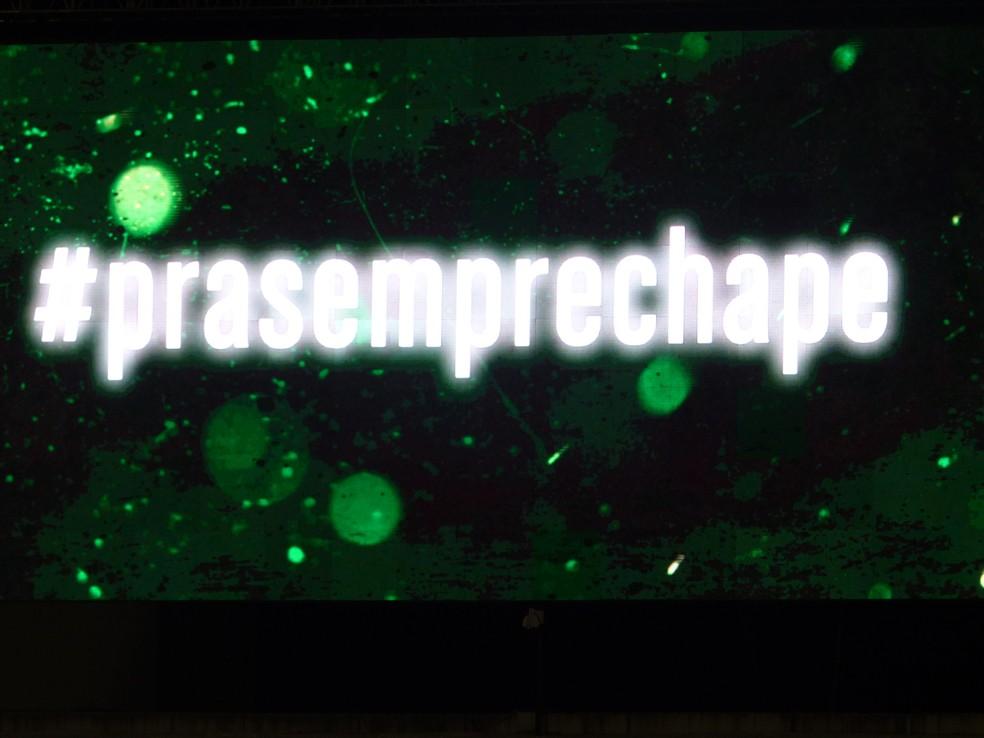 Telão exibe a mensagem #prasemprechape (Foto: Janir Júnior/GloboEsporte.com)