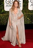 Jennifer Lopez usa decotão e fenda no Globo de Ouro