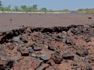 Asfalto de rodovia MS-436 esfarela e causa dor de cabeça para motoristas (Foto: Reprodução/TV Morena)