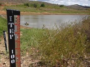 Medição do Instituto de Tecnologia de Pernambuco (Itep) mostra qual a capacidade da barragem Cacimbas. (Foto: Luna Markman/G1)