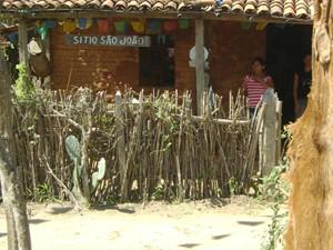 Casa de barro preserva todos os detalhes de uma típica casa sertaneja (Foto: Rafael Melo/G1)