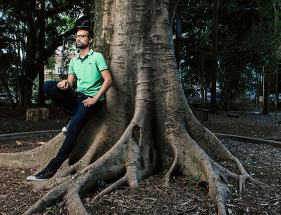 O assistente social Pierre Freitas,de 29 anos.Ele descobriu  ter o vírus quando estava com 15 anos  e pensou em se matar (Foto: Filipe Redondo/ÉPOCA)