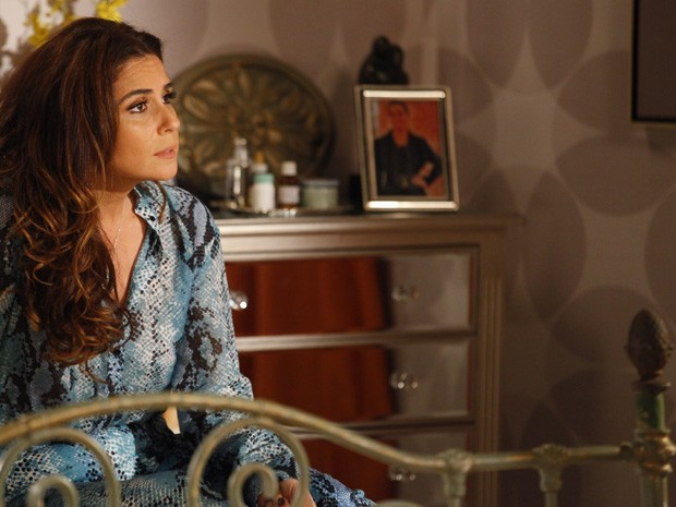 Delegada aconselha a faxineira  (Foto: Salve Jorge/ TV Globo)