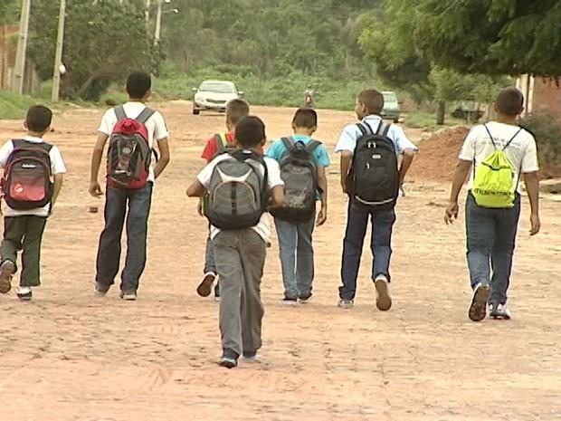 Estudantes retornaram para casa porque transporte coletivo não passou  (Foto: Reprodução TV Clube)