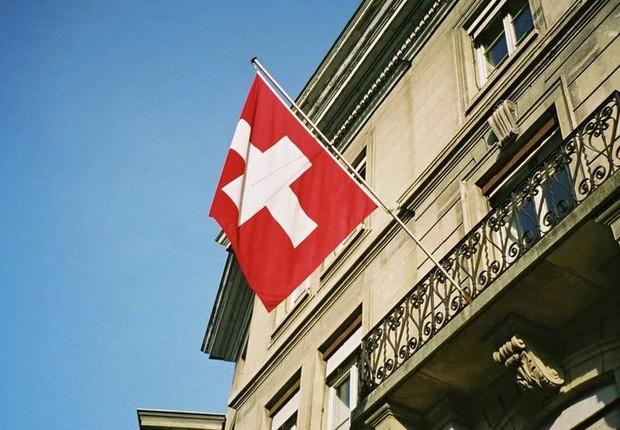 Bandeira da Suíça ; economia da Suíça ; bancos suíços ;  (Foto:  Fabrice Coffrini/AFP/Getty Images)